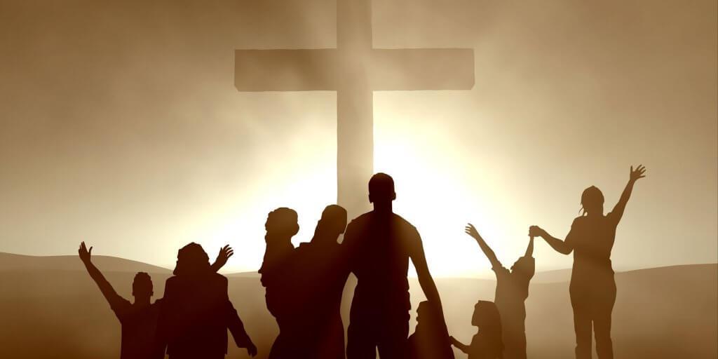 Personas cristianas con una cruz