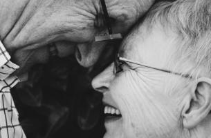 Personas mayores mirándose a los ojos felices