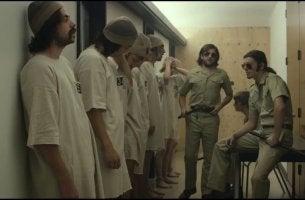 Presos y guardianes en el experimento de la prisión de Stanford