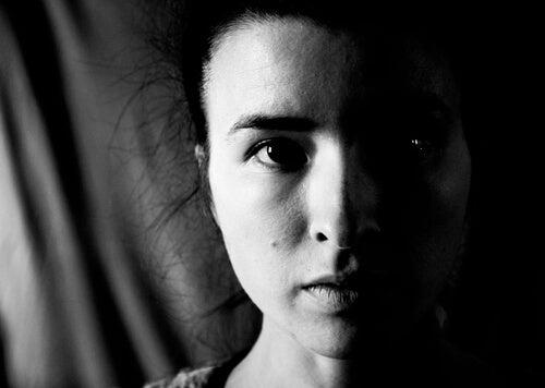 Rostro de mujer con heminegligencia