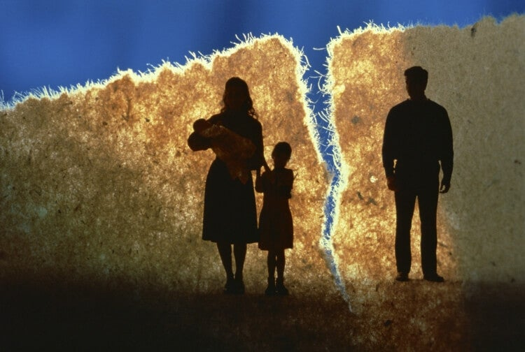 tejido roto con madre e hijos a un lado y padre al otro