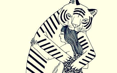 tigre mordiendo la cabeza de una chica