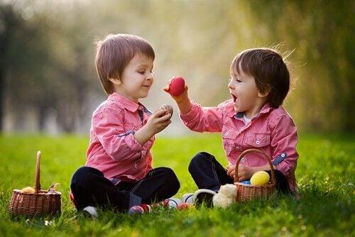 pequeños compartiendo y representando cómo desarrollar las habilidades sociales en los niños