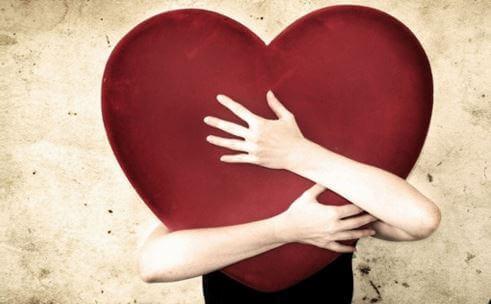 Hombre abrazando a un corazón