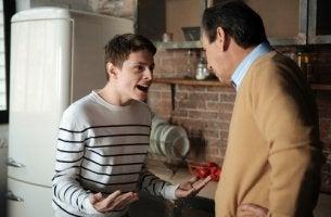 Adolescente gritando a su padre