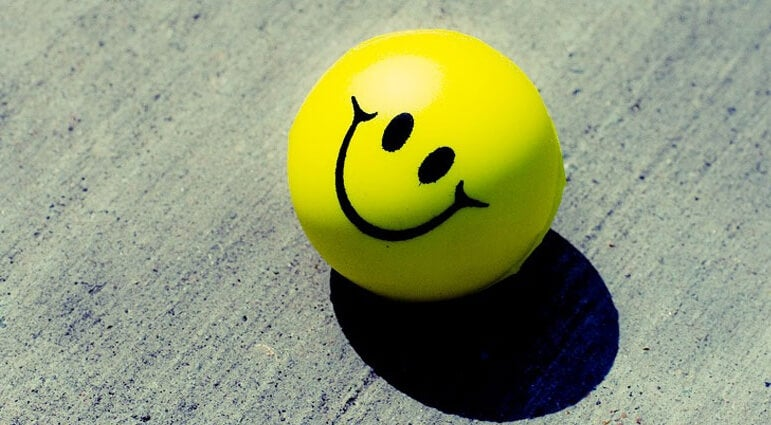 Pelota amarilla con una cara sonriendo
