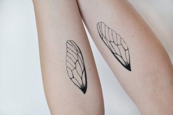brazos con tatuajes de alas simbolizando el paso del tiempo
