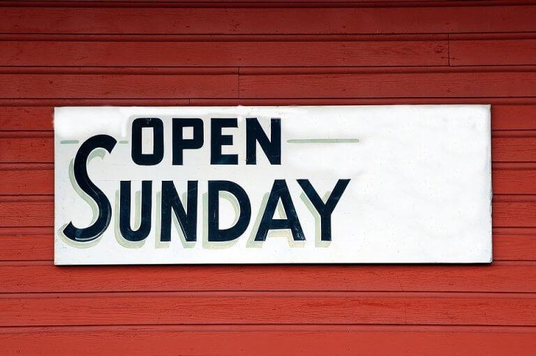 Cartel con frase abierto en domingo