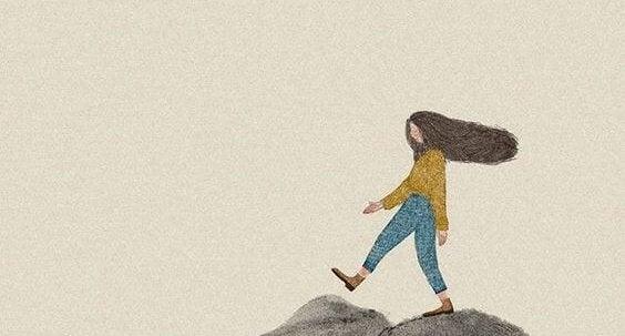 chica caminando sobre montañas aprendiendo a priorizarse