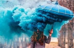 chica con paraguas azul huyendo de los conflictos
