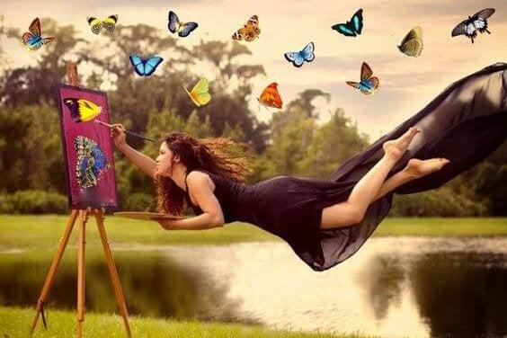 chica pintando mariposas representando la ley del mínimo esfuerzo