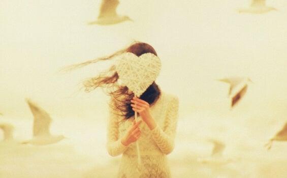 chica que sostiene un corazón aprender a restar