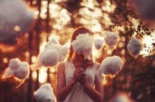 chica rodeada de nubes representando la ley del mínimo esfuerzo