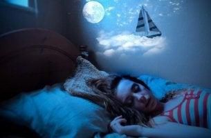 chica con somniloquia soñando con un barco