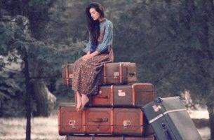 chica subida a una maleta que quiere aprender a restar