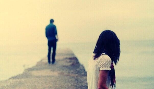 hombre alejándose pensando en no reclamar afecto
