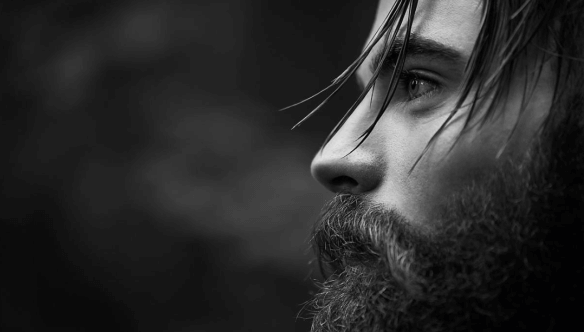 Chico con barba representando el sufrir sin que nadie lo note