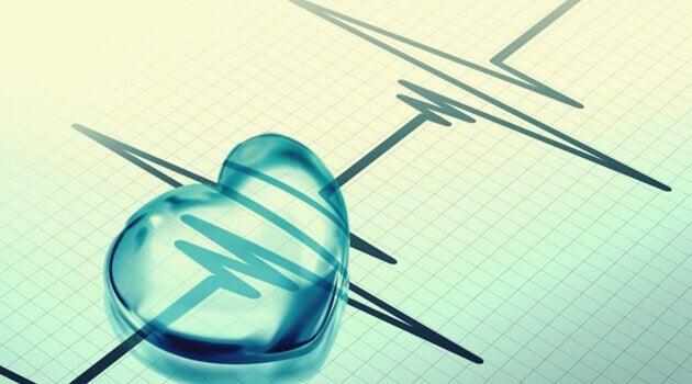 Corazón sobre cardiograma como ejemplo de la relación entre las emociones y la hipertensión