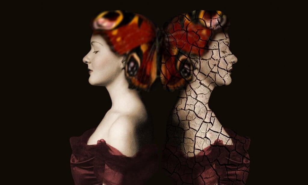 Mujer dando la espalda a la proyección de su sombras