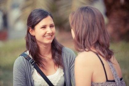 Dos mujeres hablando manteniendo una comunicación efectiva