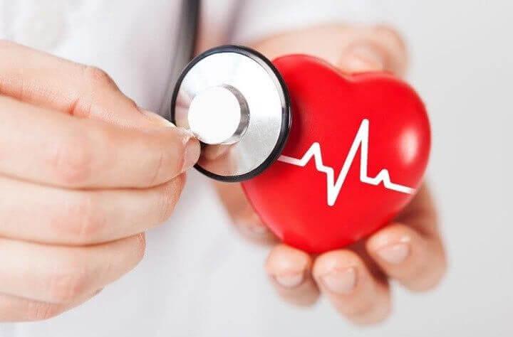 Fonendoscopio midiendo frecuencia cardíaca