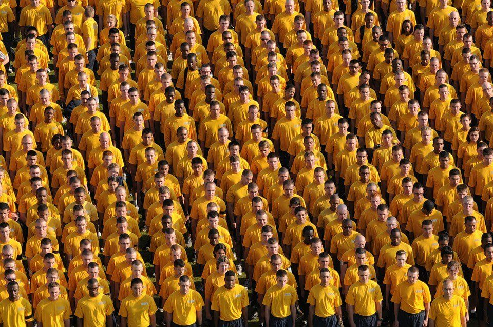 Grupo de hombres con la misma camiseta como ejemplo de identidad social