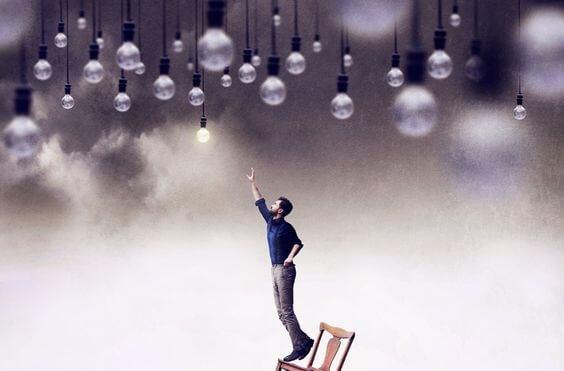 hombre alcanzando perillas de luz representando a la persona práctica