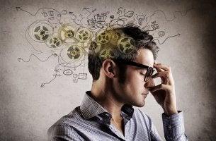 Hombre con gafas pensando para representar el efecto del durmiente