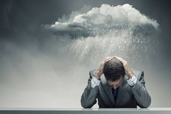 hombre con nube y lluvia pensando en practicar el firewalking