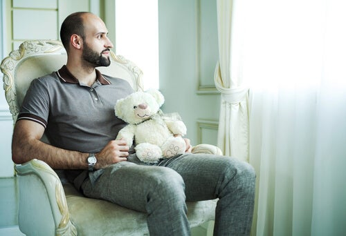 Hombre con síndrome de peter pan con peluche