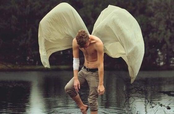 hombre con sábanas a la espalda representando la ley del mínimo esfuerzo