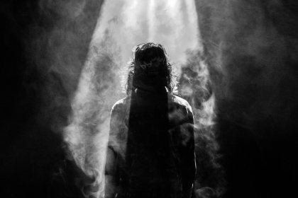 Hombre en oscuridad