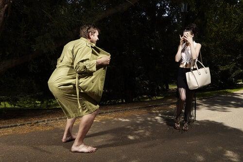 Uomo che pratica esibizionismo per strada