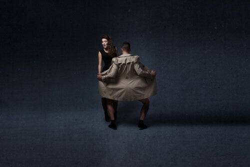 Hombre practicando exhibicionismo delante de una mujer