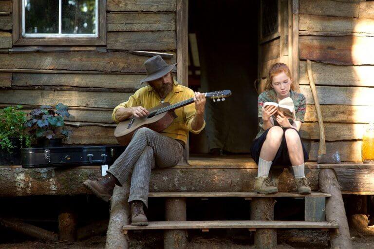 Hombre tocando la guitarra con su hija