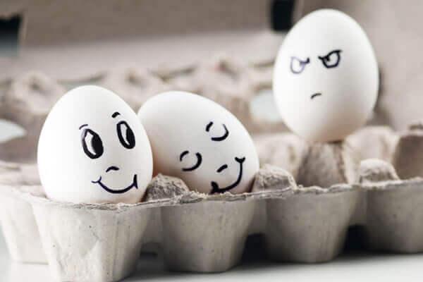 Huevo envidiando a una pareja de huevos