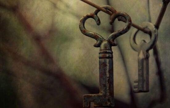 llaves representando el peso de las deudas relacionales