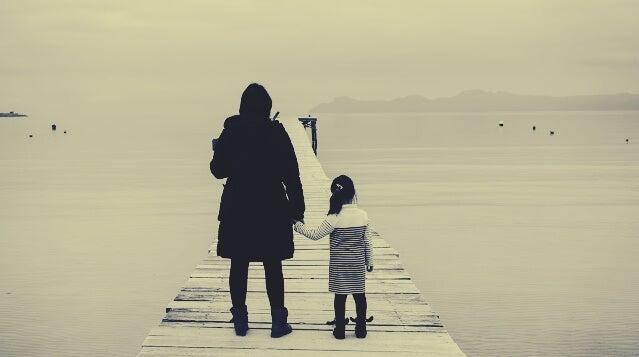 madre con su hija ante el mar
