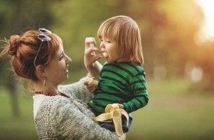 Madre dando alimentos para mejorar la concentración en los niños a su hijo