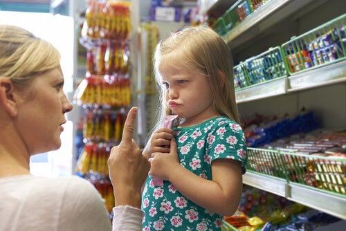 Madre riñendo a su hija por rabietas