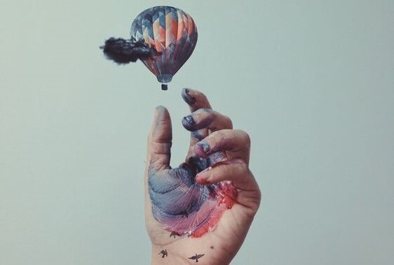 mano alcanzando globo representando a la persona práctica