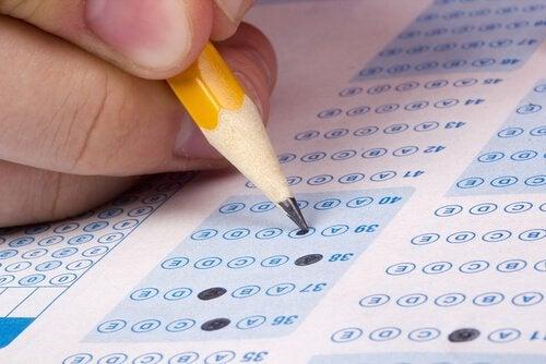 Mano con lápiz rellenando un examen