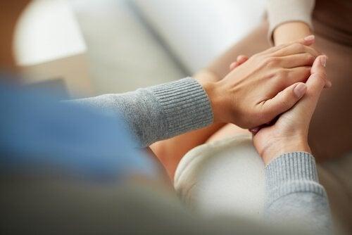 Manos del terapeuta cogiendo las de su paciente