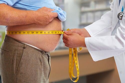Médico tratando a un paciente con problema de obesidad