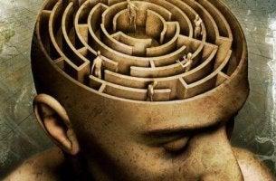 Mente de un hombre en forma de laberinto representando el constructivismo