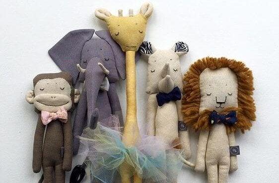 muñecos de peluche representando las habilidades sociales en los niños