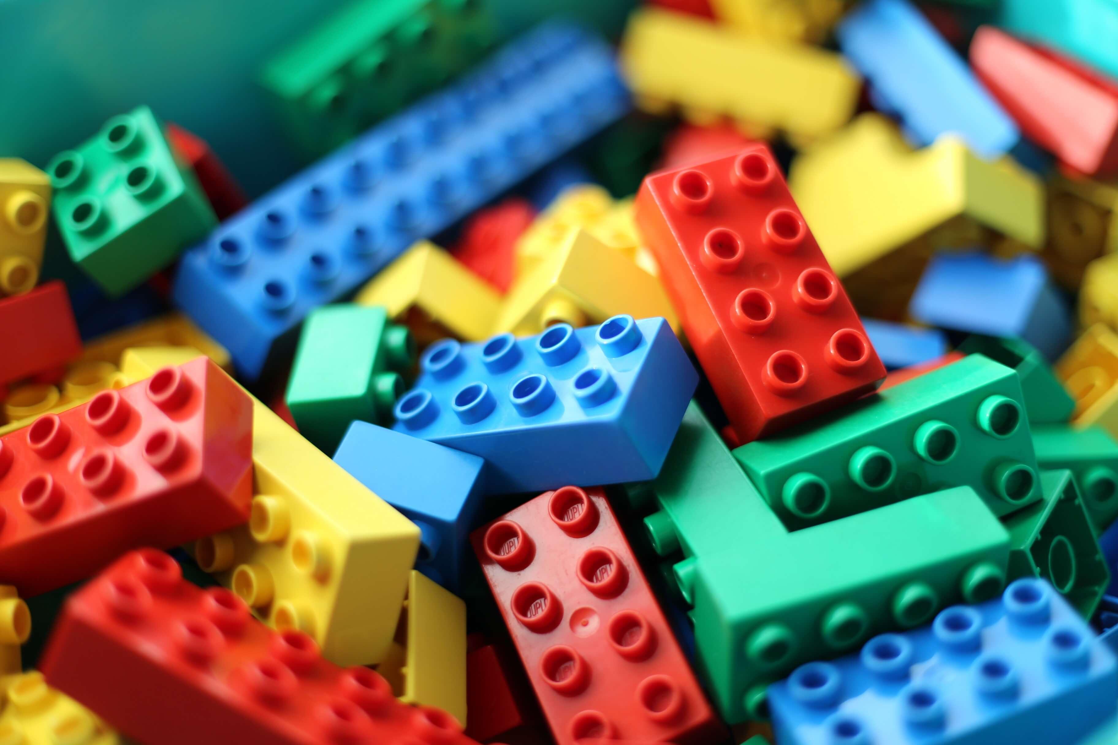Muchas piezas de lego juntas