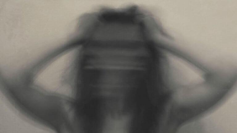 Mujer borrosa con ansiedad por efecto de la cocaína