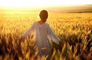 mujer caminando por el campo para vencer la depresión