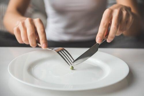 Mujer comiendo un guisante